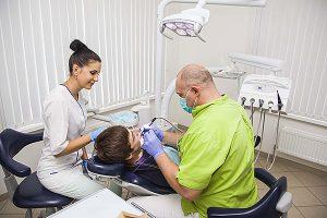 Стоматолог Андрей Демиденко за работой в своей клинике Сандрес